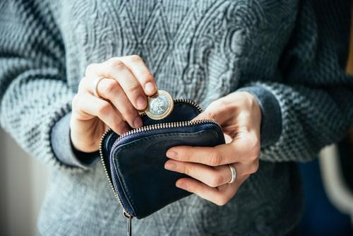 お財布からお金を出す人の画像