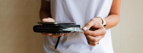 お財布を出す人の画像