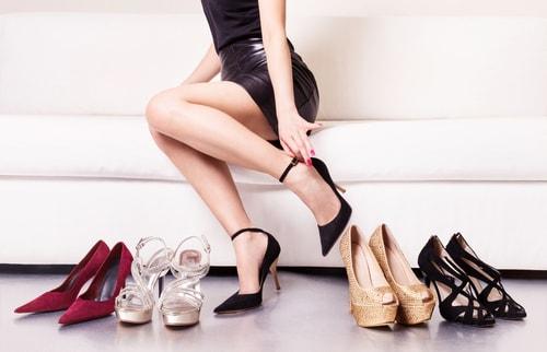靴をえらぶ人の画像