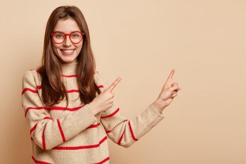 指を差す女性の画像