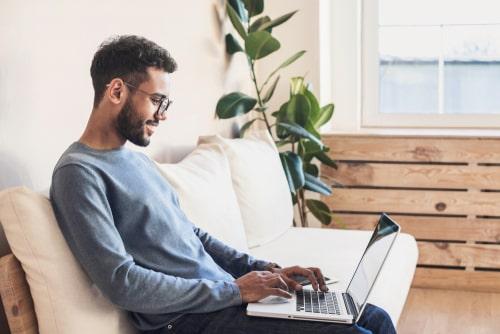 パソコンをいじる人の画像