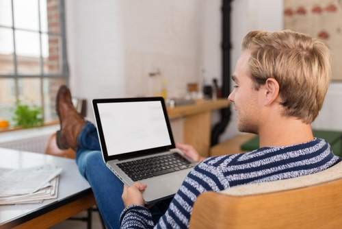 PCでオンライン英会話を受けル人の画像