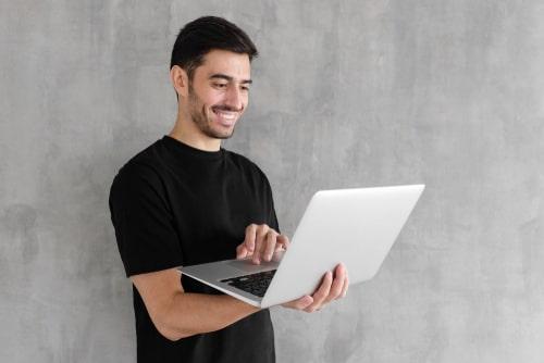 笑顔の男性の画像