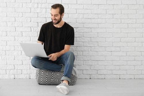 パソコンでいじる人の画像